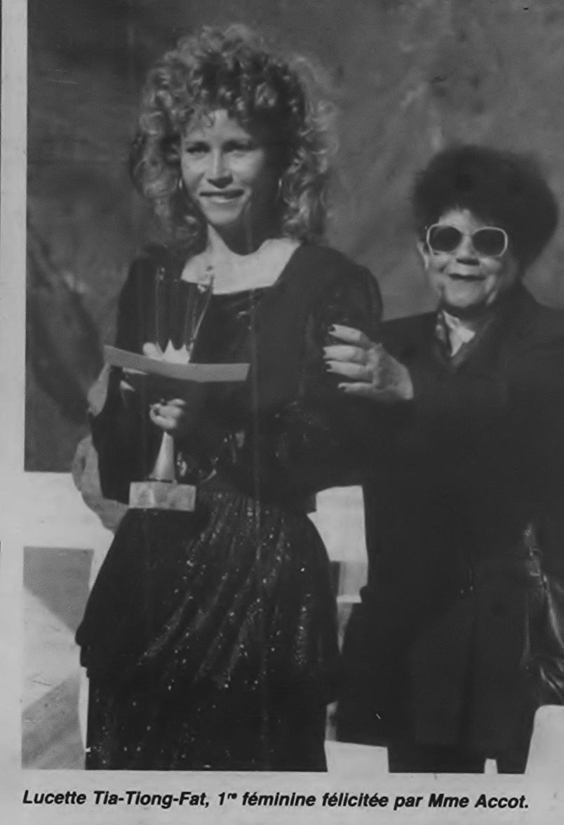 La Cilaosienne Lucette Thia-Song-Fat, vainqueur du Cross du Piton des Neiges, félicitée par Gilberte Accot. Lucette Thia-Song-Fat témoigne: «Mme Accot, tout le monde l'aimait à Cilaos. Elle rendait service sans compter, notamment en direction des plus vulnérables. Je l'ai accompagnée dans les actions sociales qui lui tenaient particulièrement à cœur. Lorsque les Associations Familiales qu'elle dirigeait organisaient par exemple des voyages à Maurice, elle me confiait la tache de mener les opérations, elle me faisait confiance»...