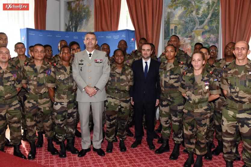 Photo de famille avec le général Thierry Laval et le ministre Sébastien Lecornu, qui est également colonel de réserve opérationnelle de la Gendarmerie Nationale