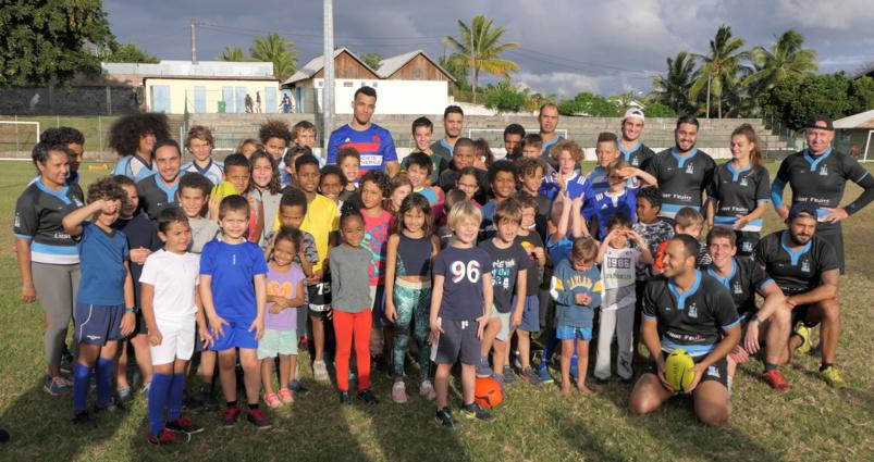 Photo de famille avec les adhérents de l'Etang-Salé Rugby-Club (Photo Samuel A)
