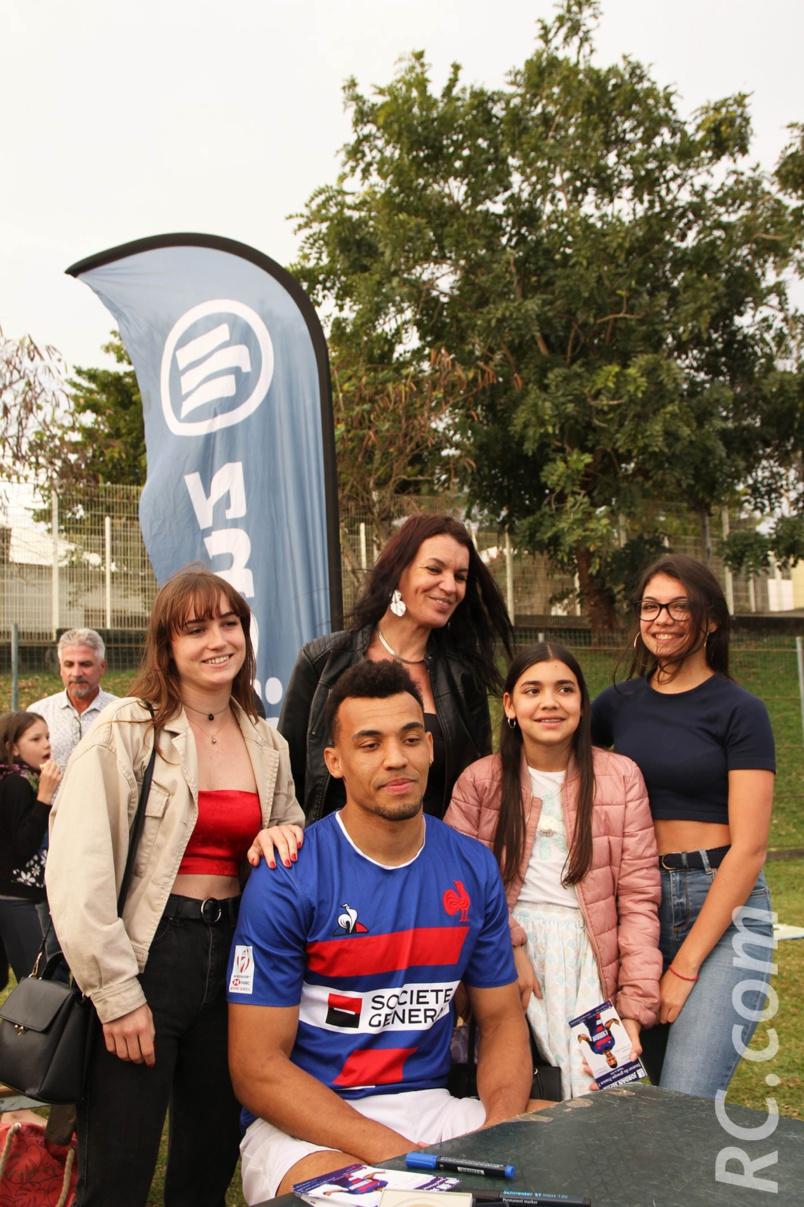Jordan Sepho aux côtés de sa mère et de ses soeurs qui habitent aux Avirons
