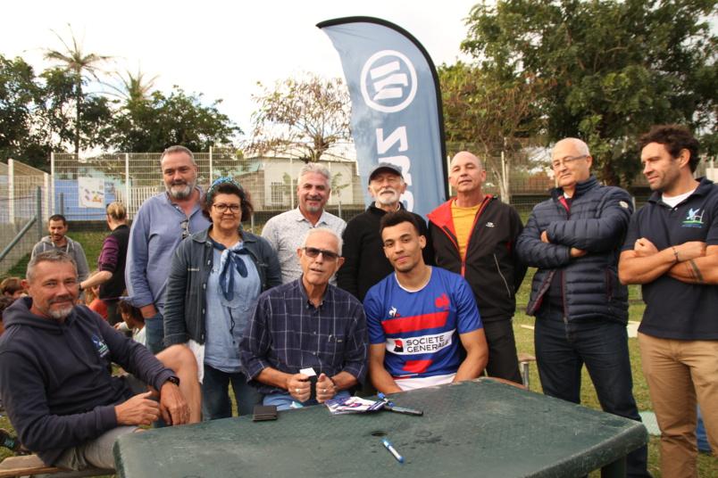 En présence des officiels, dont le président du club de rugby de la commune de l'Etang-Salé, Jérôme Agénor, Jean-Claude Lacouture, premier magistrat de la ville d'accueil, s'est entretenu avec le jeune champion