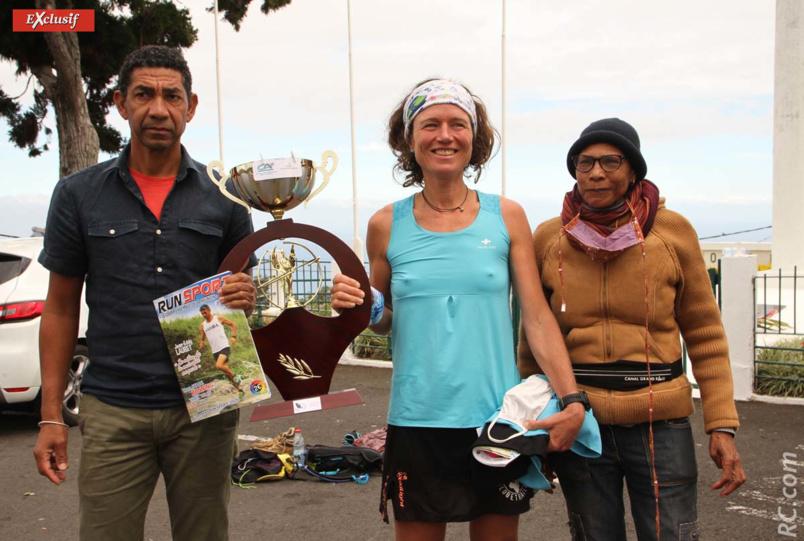 Bruno Vaïti, adjoint aux sports à Trois-Bassins, et Nicaise Contau, présidente du club d'Athlétisme de Trois-Bassins, félicitent Maud Combarieu arrivée dans l'île quatre jours seulement avant la course !