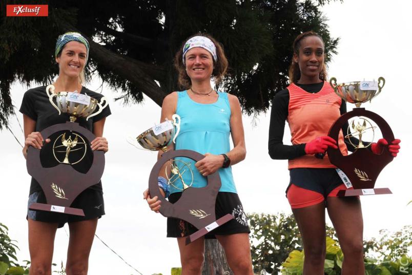 Le podium féminin des 43 km: Maud Combarieu, Amandine Dumas et Julie Bacco, sans masques pour la photo-souvenir