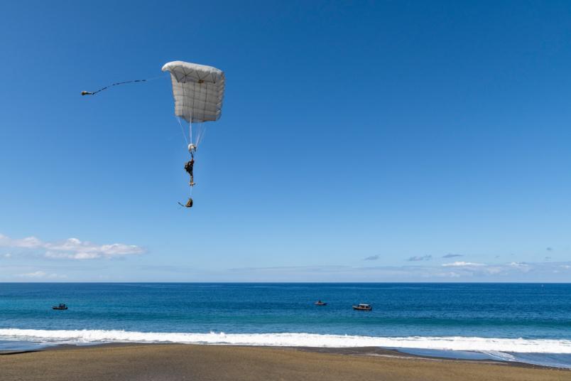 Tout a commencé par un largage en parachute...