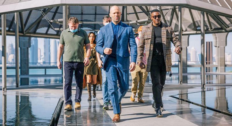 Jason Statham avec quelques acteurs et l'équipe du film au Qatar