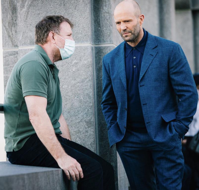 Jason Statham en discussion avec Guy Ritchie, le réalisateur du thriller