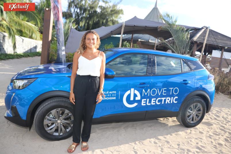 Alice Lemoigne, championne du monde de surf, et désormais ambassadrice du projet Move to Electric by Peugeot