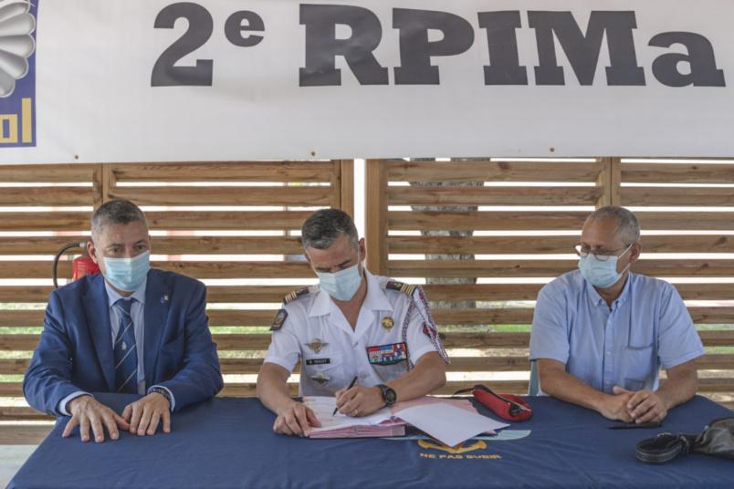Signature de la convention avec Bernard Hay (IHEDN/AR27), le colonel Geoffroy Rondet (2e RPIMa), et Georges Prugnières (Collège Les Tamarins)
