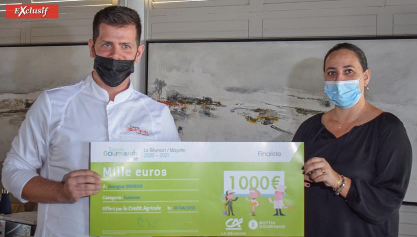 Prix remis à Georgios Spandos du Palm Hôtel/Lux* par Jennifer Respaut du service Communication du Crédit Agricole de La Réunion