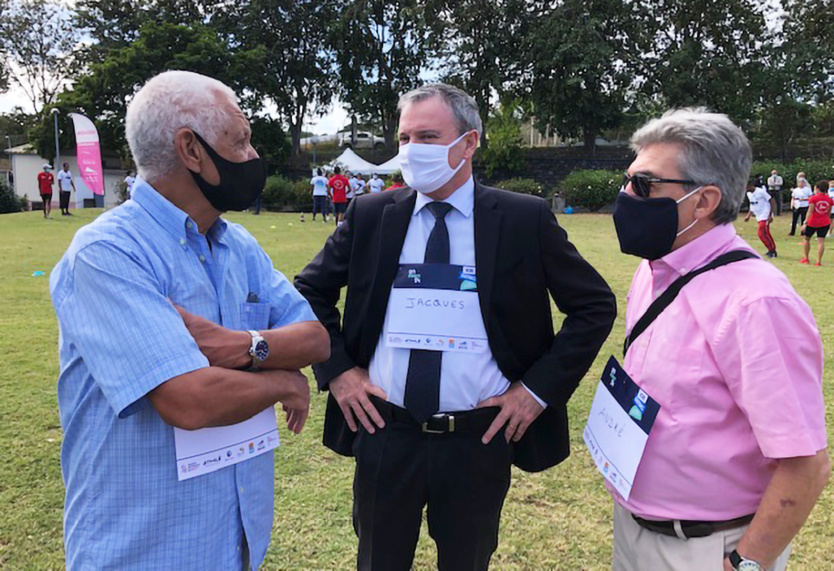 Le Préfet de La Réunion Jacques Billant, entouré d'André Giraud, président de la FFA, et Jean-Claude Prianon, président de la LRA
