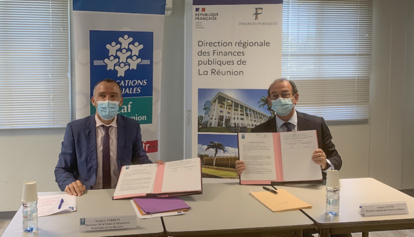 Convention signée entre Frédéric Turblin, directeur de la CAF de La Réunion, et Joaquin Cester, directeur régional des Finances publiques de La Réunion
