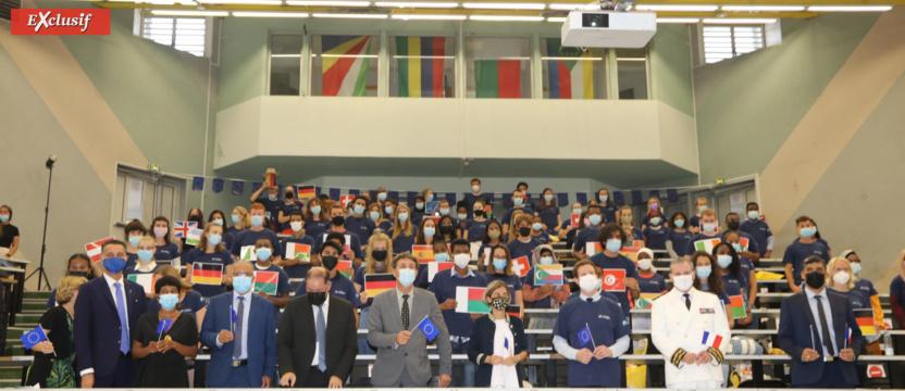 Un amphi décoré avec des drapeaux de toutes nationalités