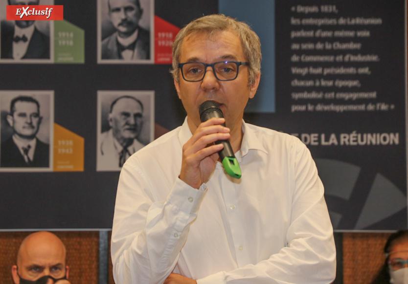 Olivier Meyrueis, directeur d'EDF Réunion, accueille deux alternants de l'EM Réunion