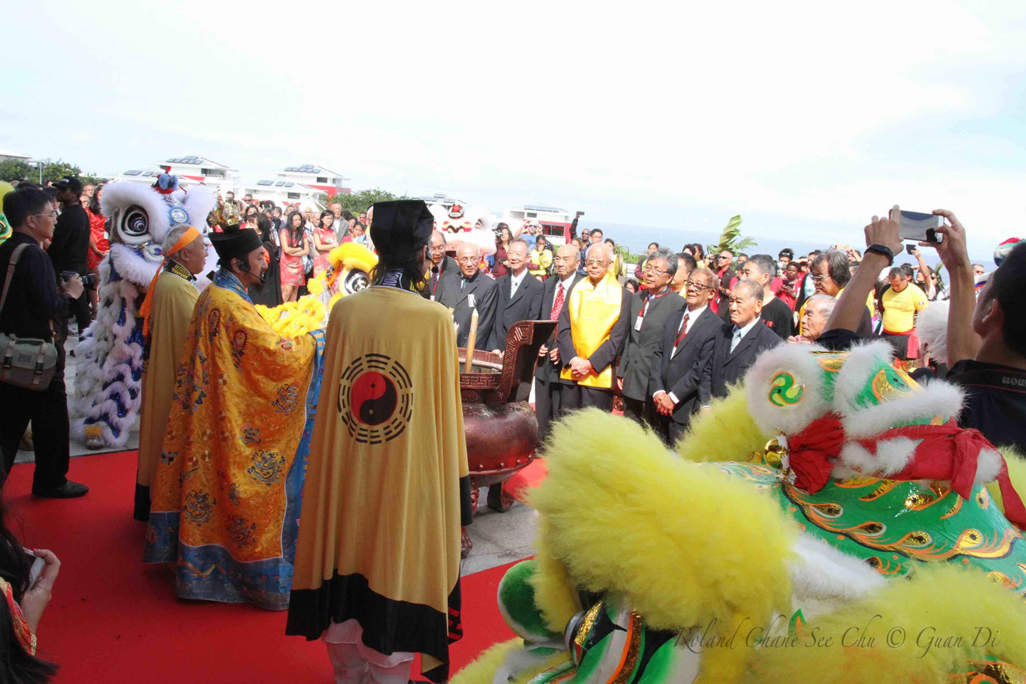 Les moines taoïstes accueillent les invités