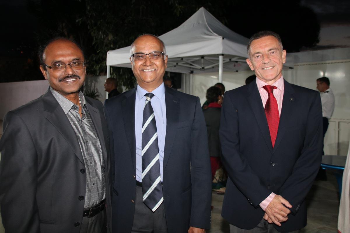 Un collaborateur du Consulat de l'Inde avec Marie-Joseph Malé et Jean-Marc Grazzini d'Air Austral