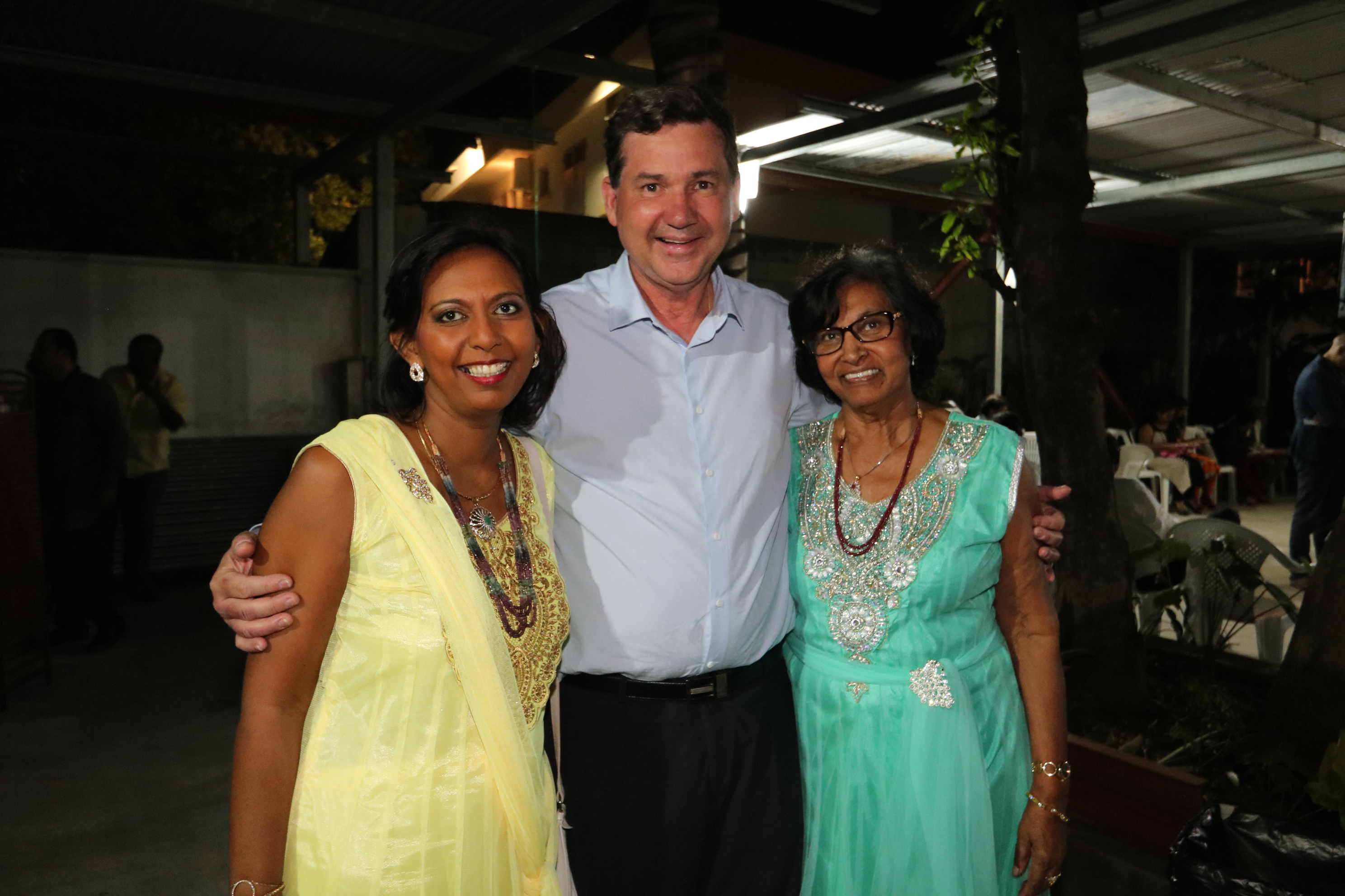 Lynda Savaranin, du Conseil Départemental, Daniel Gonthier, maire de Bras Panon et président du Parc National de La Réunion, et Béatrice, la maman de Lynda