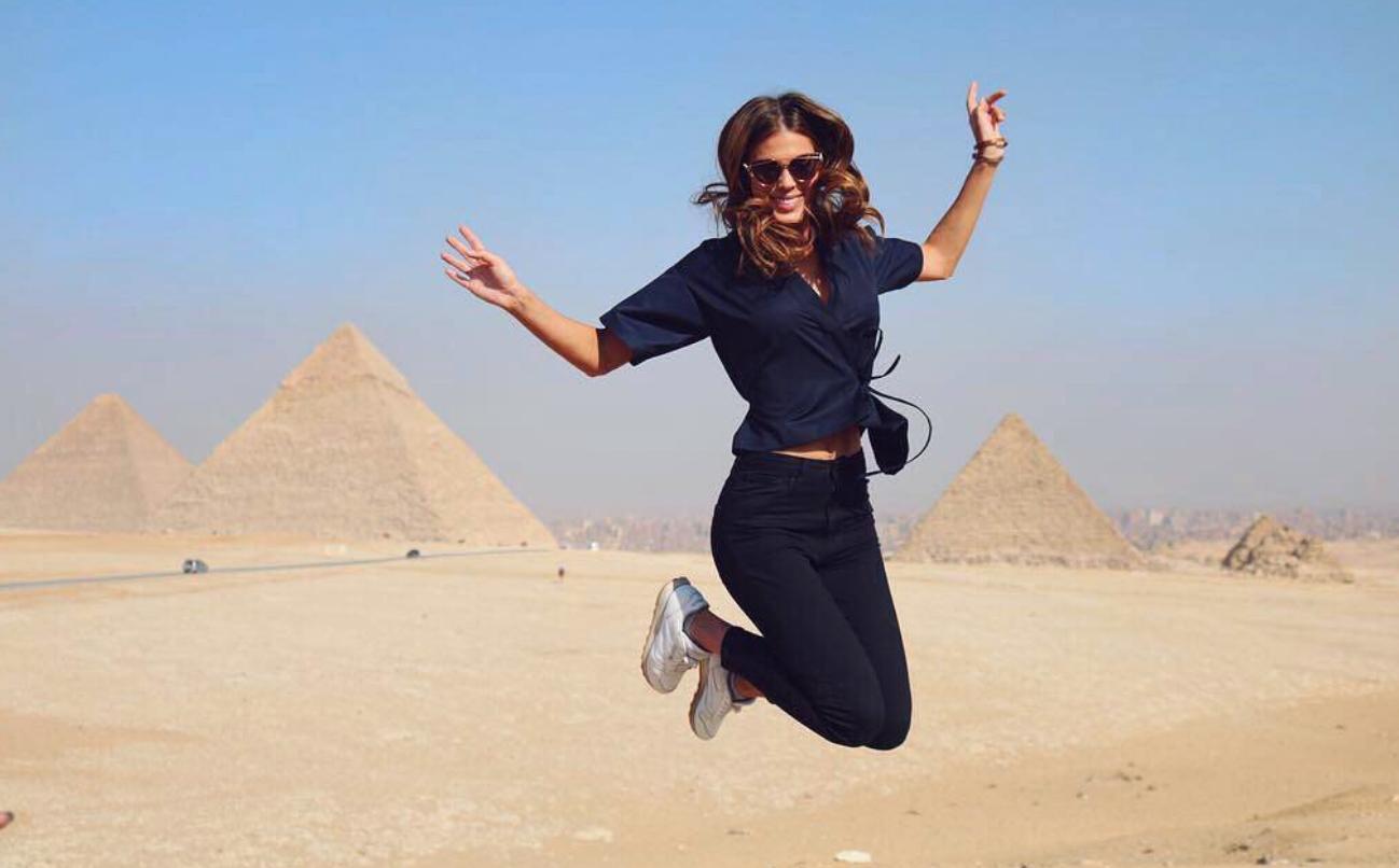 """""""Du haut de ces pyramides..."""" Iris est en Egypte! (photo Iris Mittenaere Actu)"""
