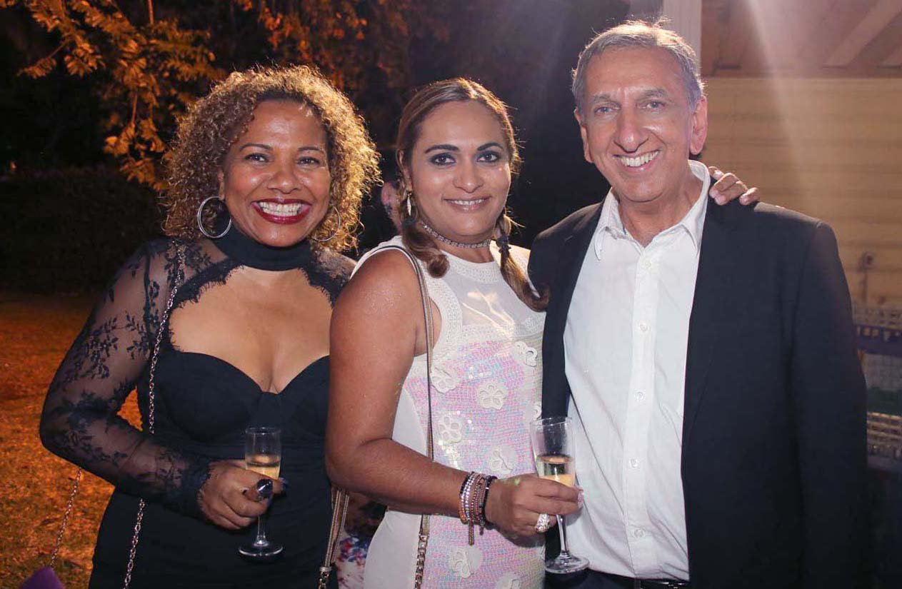 Estelle Choucair (au centre), directrice de la communication de la Ville de Saint-Denis, et son amie, avec Aziz Patel, directeur Elite Model Look Reunion Island
