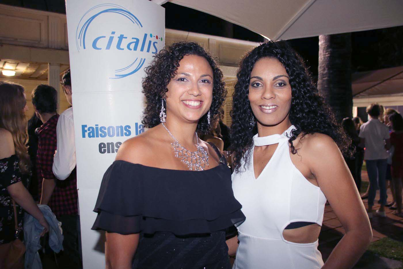 D-Lisha, artiste (en blanc), et son amie
