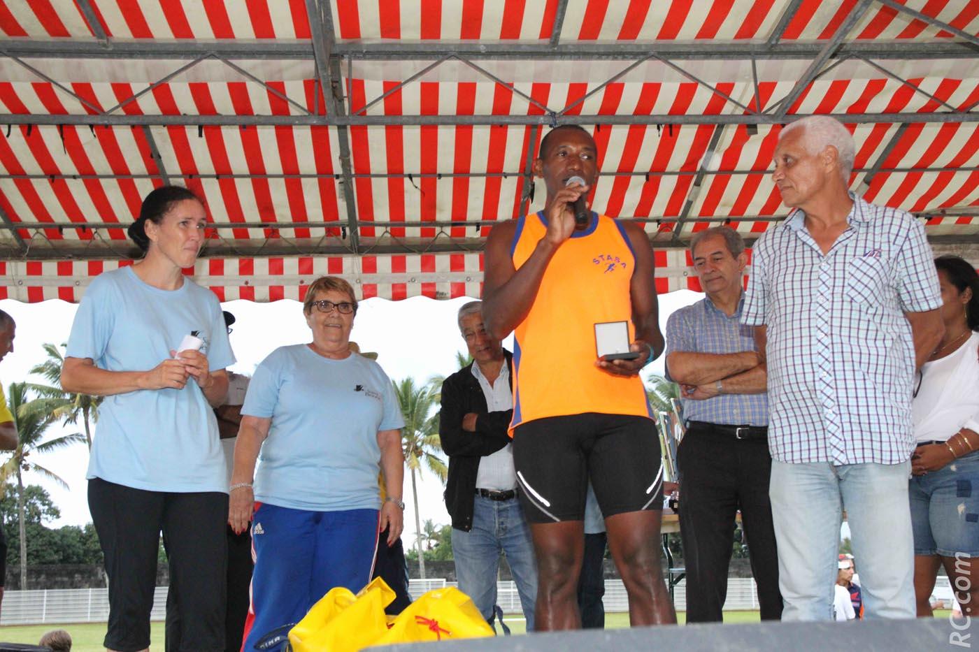 La médaille de bronze de la FFA remise à Frédéric Samsora , président de STASA