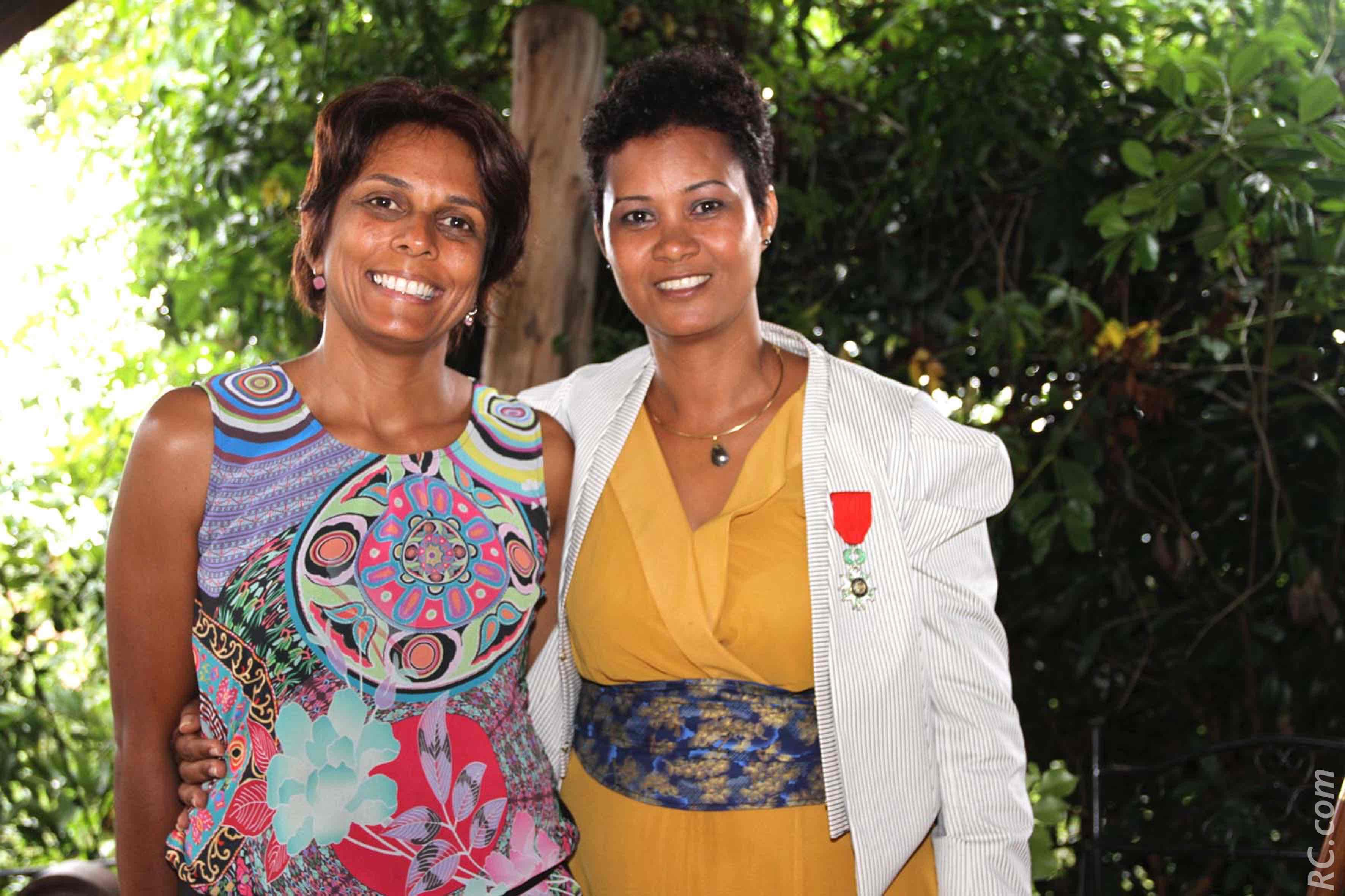 La nouvelle décorée de la Légion d'Honneur aux côtés de Leila Patel
