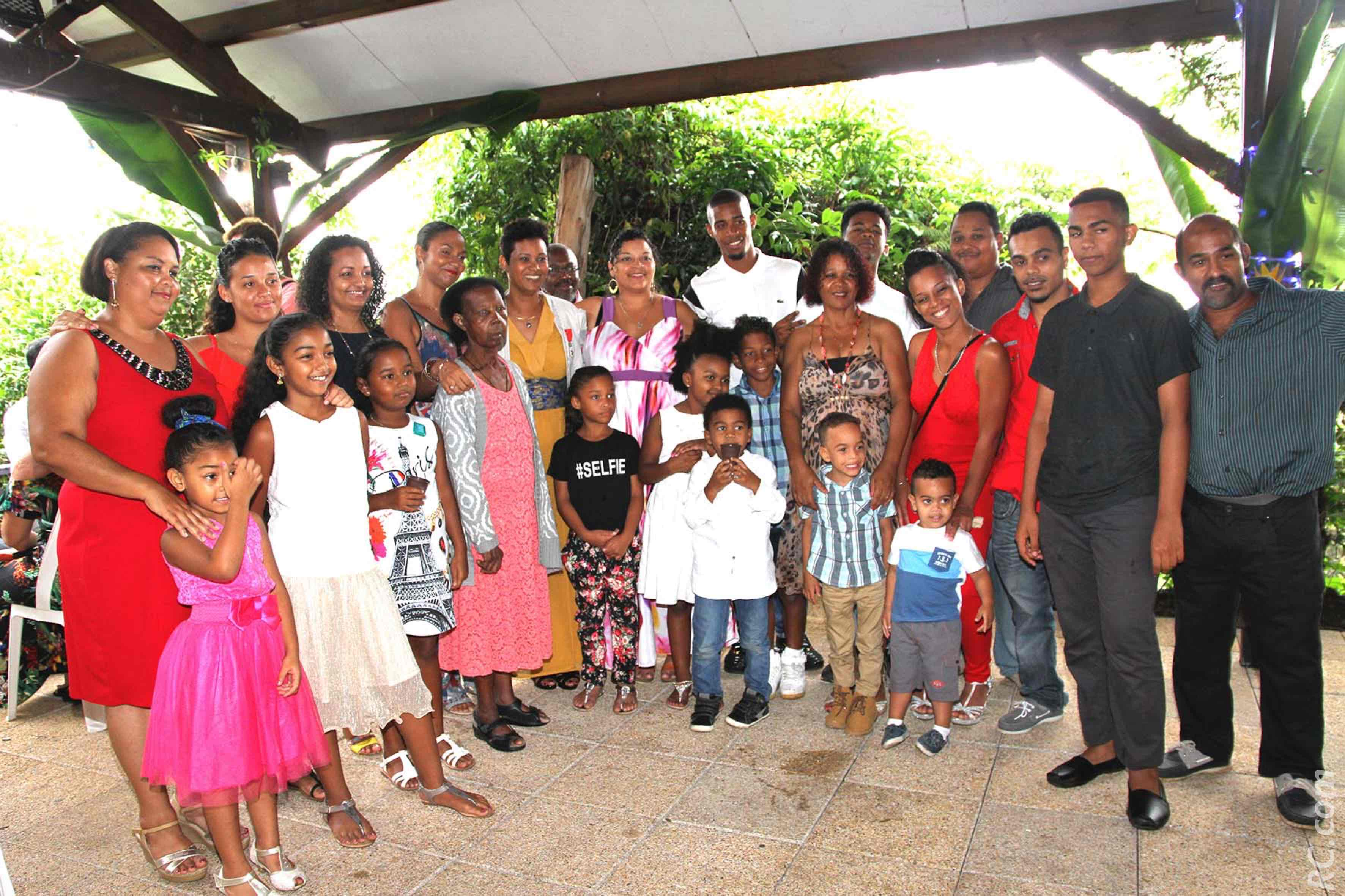 Florence Avaby entourée d'une partie de sa famille, au Domaine « Bitasion » au Tampon, où s'est déroulée la remise de médaille.