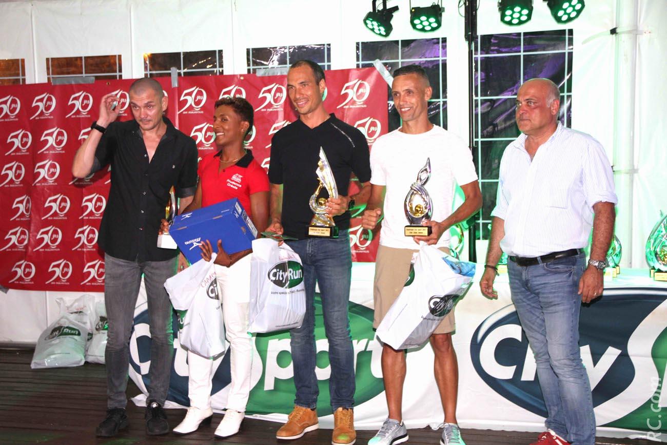 Le podium des seniors  : Christopher Camachetty (3ème), Nicolas Rivière (1er) et Didier Barret (2ème), entourés de Bertrand Vienne et Christophe Babin
