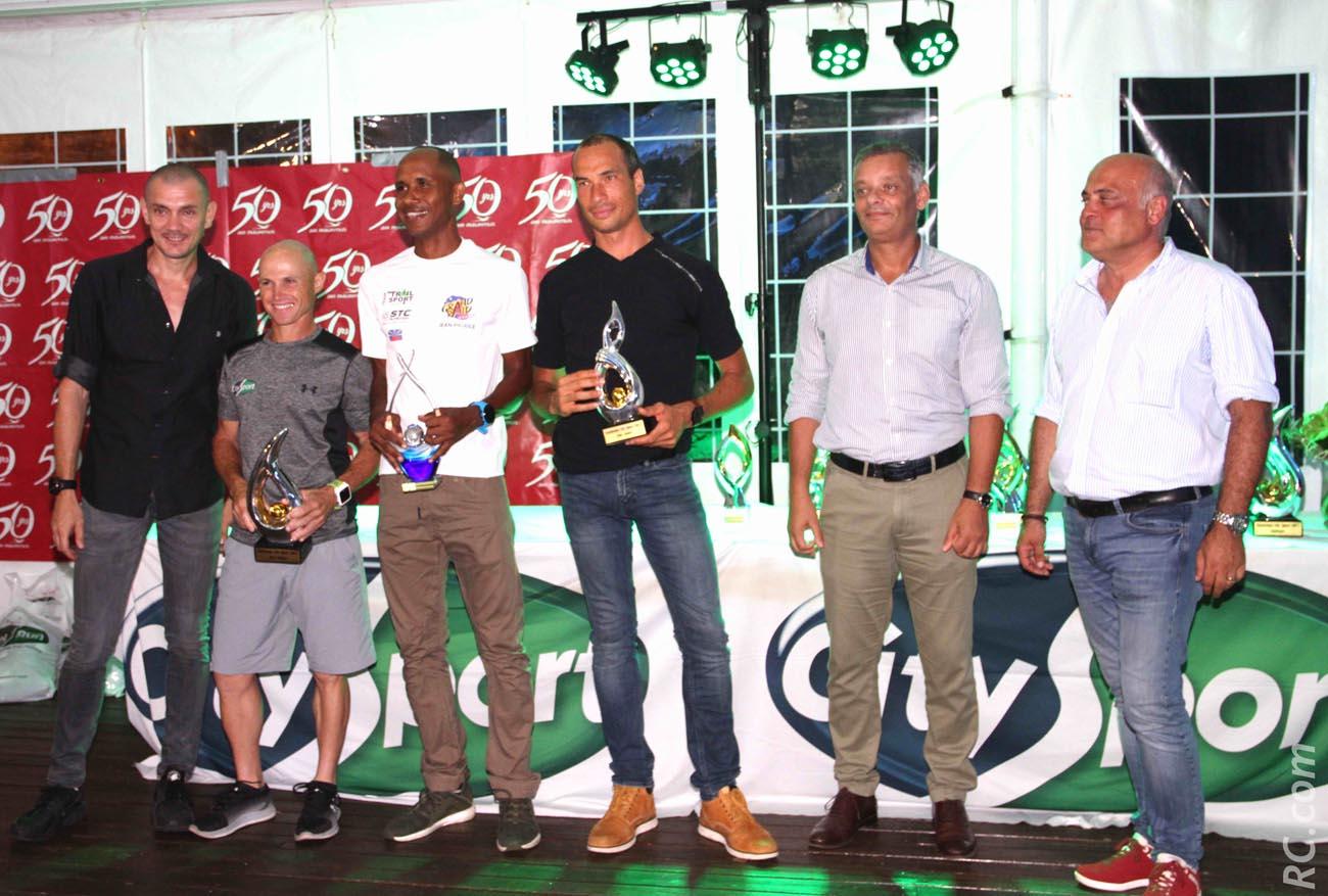 Des vainqueurs heureux, avec Robert Bourquin, directeur de Air-Mauritius venu rejoindre les représentants de City-Sport