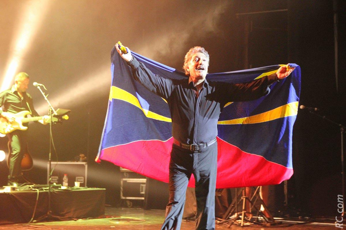 Il a bouclé son tour de chant avec un drapeau de la Réunion, une île qui l'a adopté depuis belles lurettes. L'inverser est également vrai
