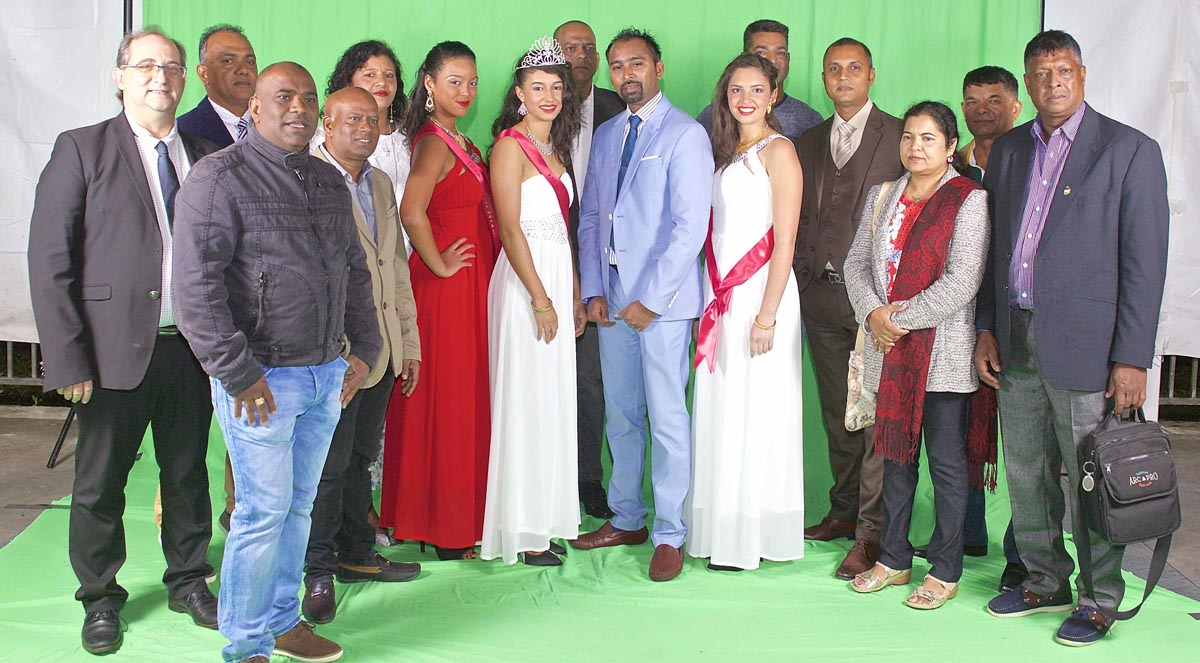 PHoto de famille avec la délégation mauricienne présente
