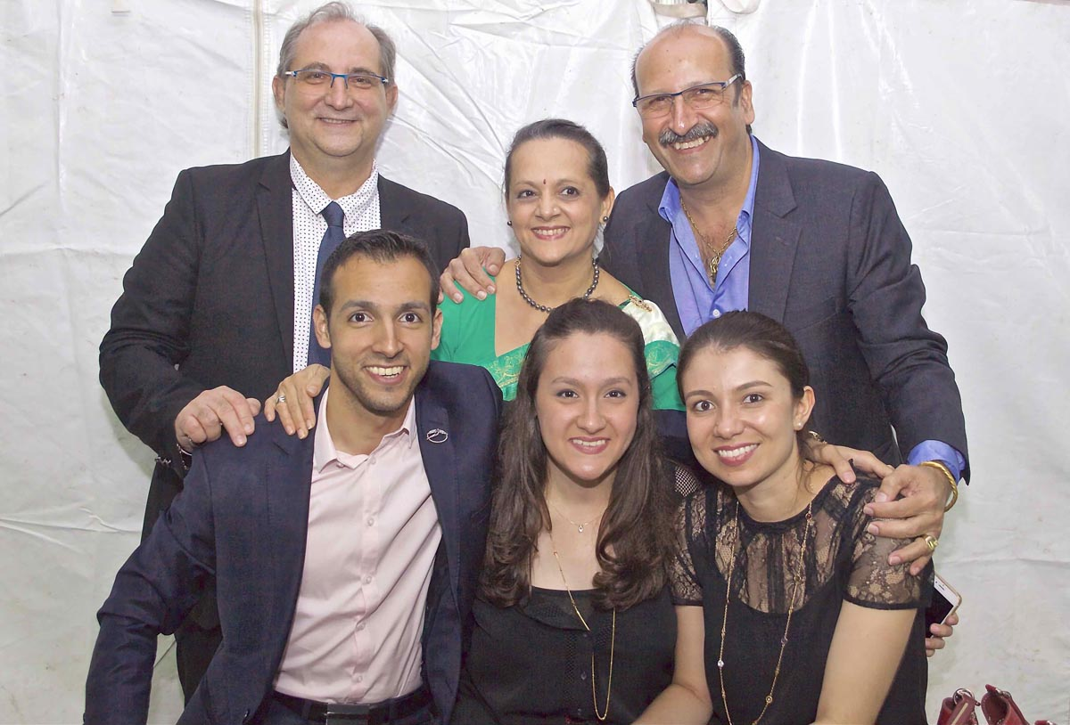 Stéphane Fouassin avec la famille Kalidas, partenaire de l'élection