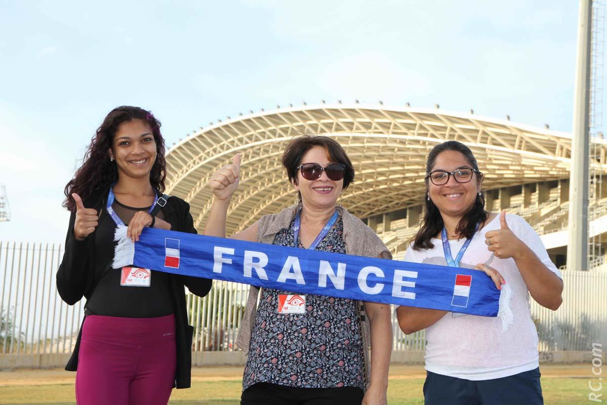 Les supportrices inconditionnelles de la délégation Réunionnaise : Sarah, Arlette et Sabine Mardémoutou devant le beau stade Ciudad de Malaga