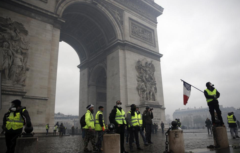 L'Arc de Triomphe attaqué, la honte!