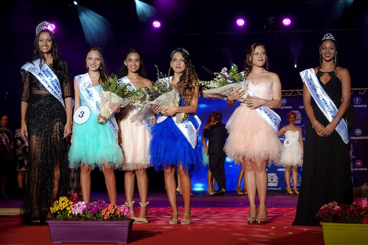Miss Réunion et les lauréates Miss Plaine des Cafres, avec la 1ère dauphine Miss Plaine des Cafres 2018, et Marie Barbier, Miss Ville du Tampon 2018
