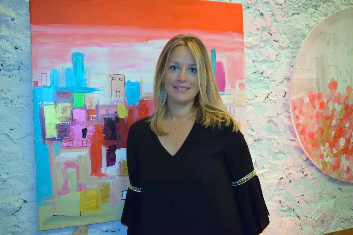 Caroline Faindt devant l'une de ses toiles...