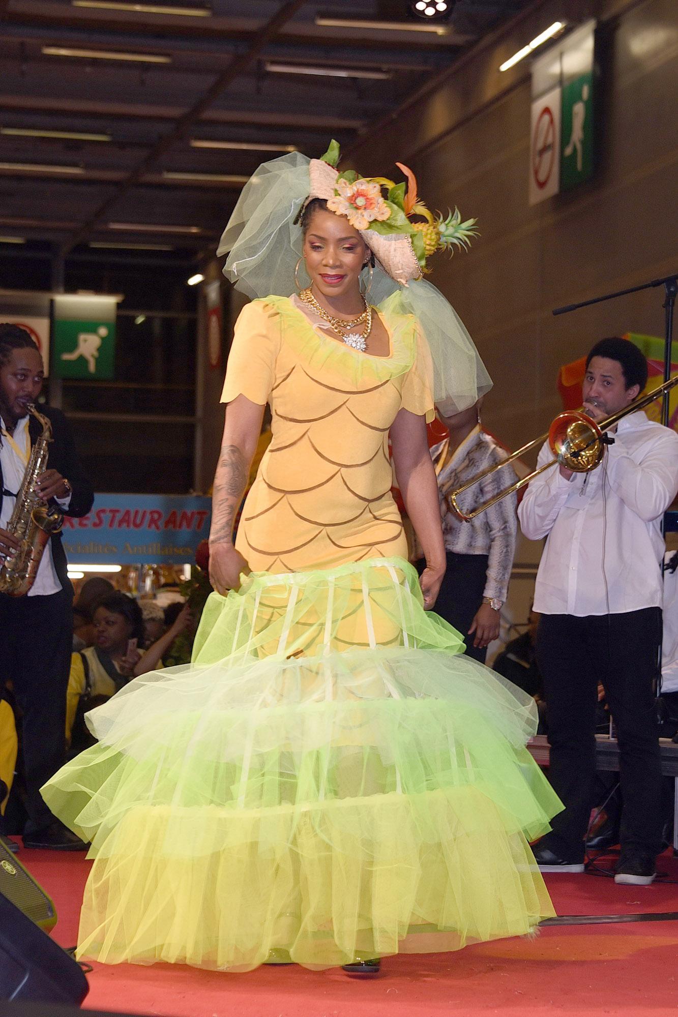 Défilé de mode sur le thème des fruits et légumes. Ananas.