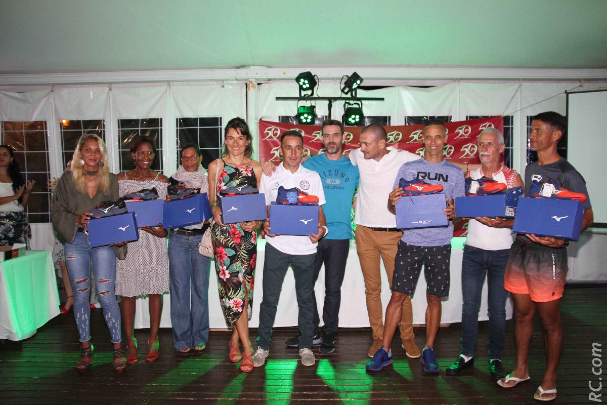 Représentant Mizuno à la Réunion, Olivier Ménard (au centre)  a offert des paires de chaussures à plusieurs champions