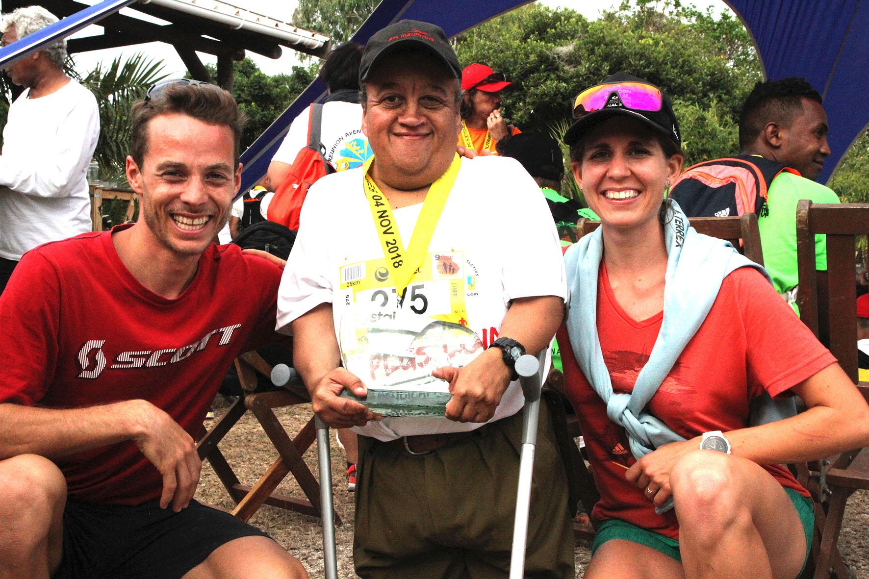 Jimmy Nayagom, parrain du Trail du Volcan , ici avec Alexis Sevennec et Jennifer Fietcher