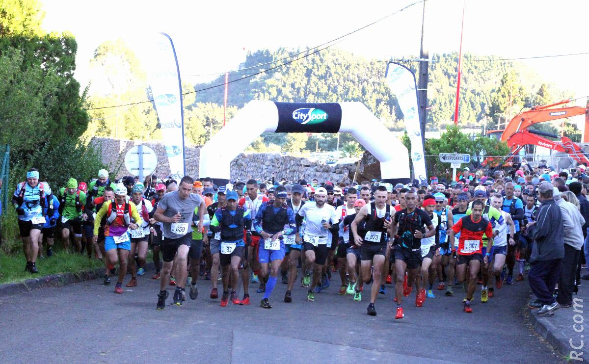 Un joli peloton de 1 000 coureurs s'élance vers les sentiers du volcan