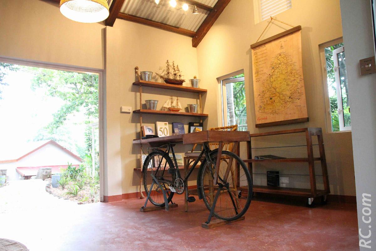 A l'accueil, un petit bureau posé sur un vieux vélo pour vous transporter dans l'île Maurice « lontan »