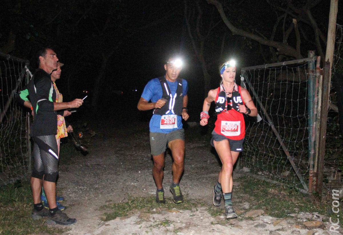 Naomi Brand, à l'entrée des premiers sentiers, mène la course