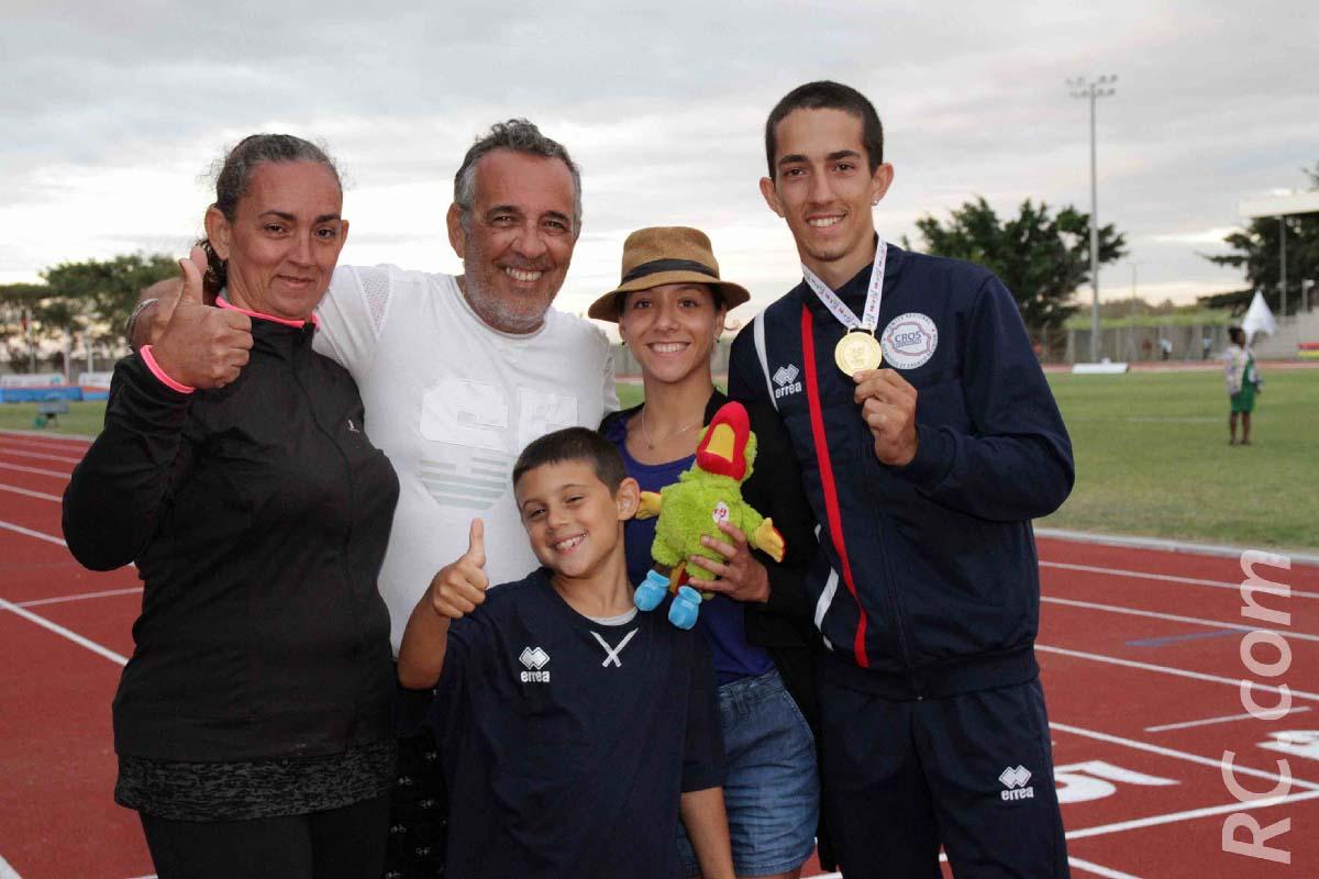 Jérémy Hubert, médaille d'or à la perche, félicité par sa famille