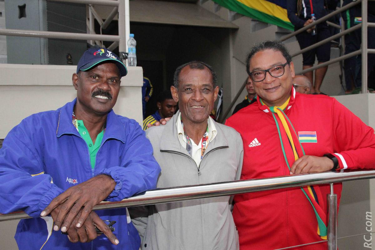 Rama chargé de la zone mixte au stade de Bambou, Vivian Gungaram, le Monsieur Athlétisme de l'île sœur et StéphanToussaint, Ministre des Sports à Maurice