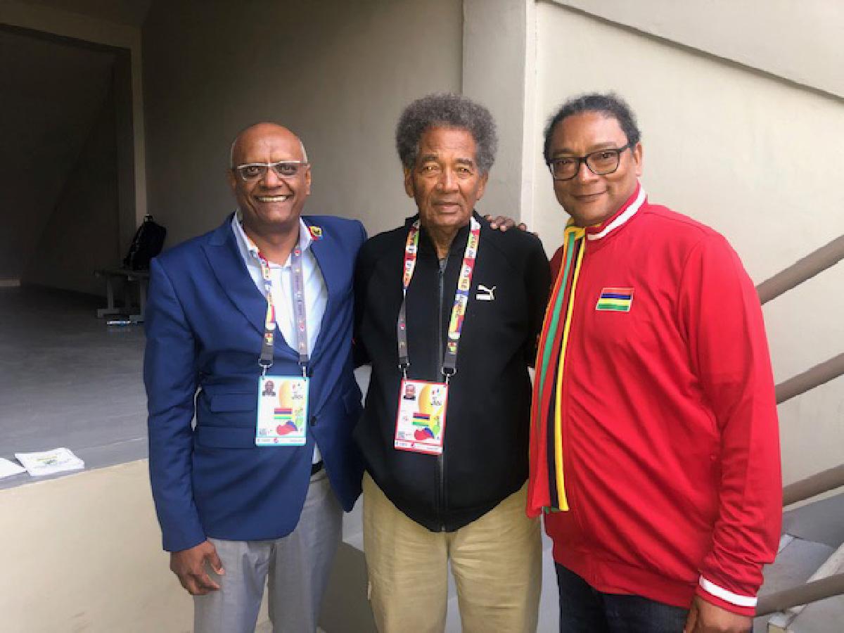 Thomas Clyde, responsable technique, avec le Ministre des sports de Maurice, Stéphan Toussaint (à droite) et un officiel de l'organisation