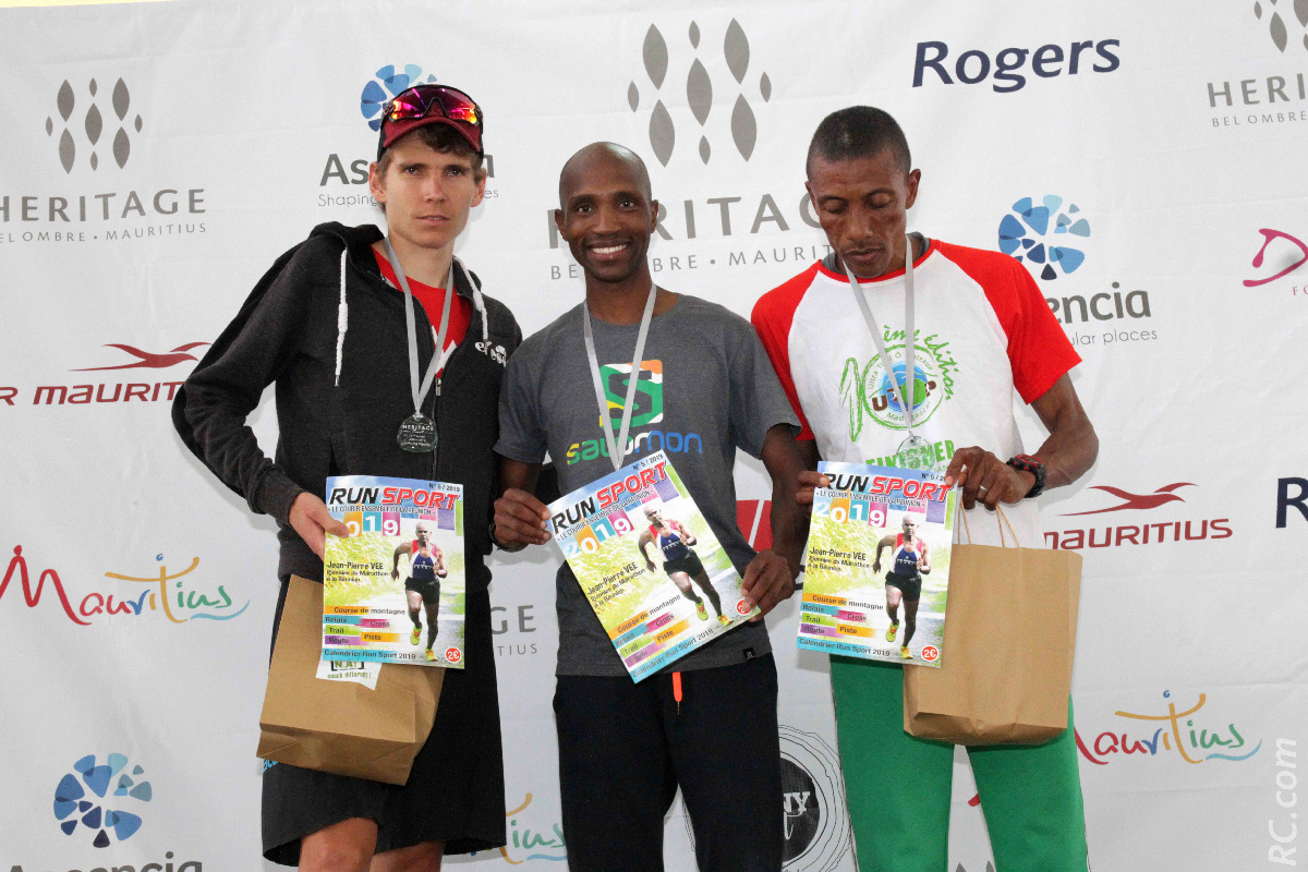 Le podium des seniors sur les 53 km : Léo Rogaume (3ème) , Thabang Madiba (1er) et Olivier Roalison