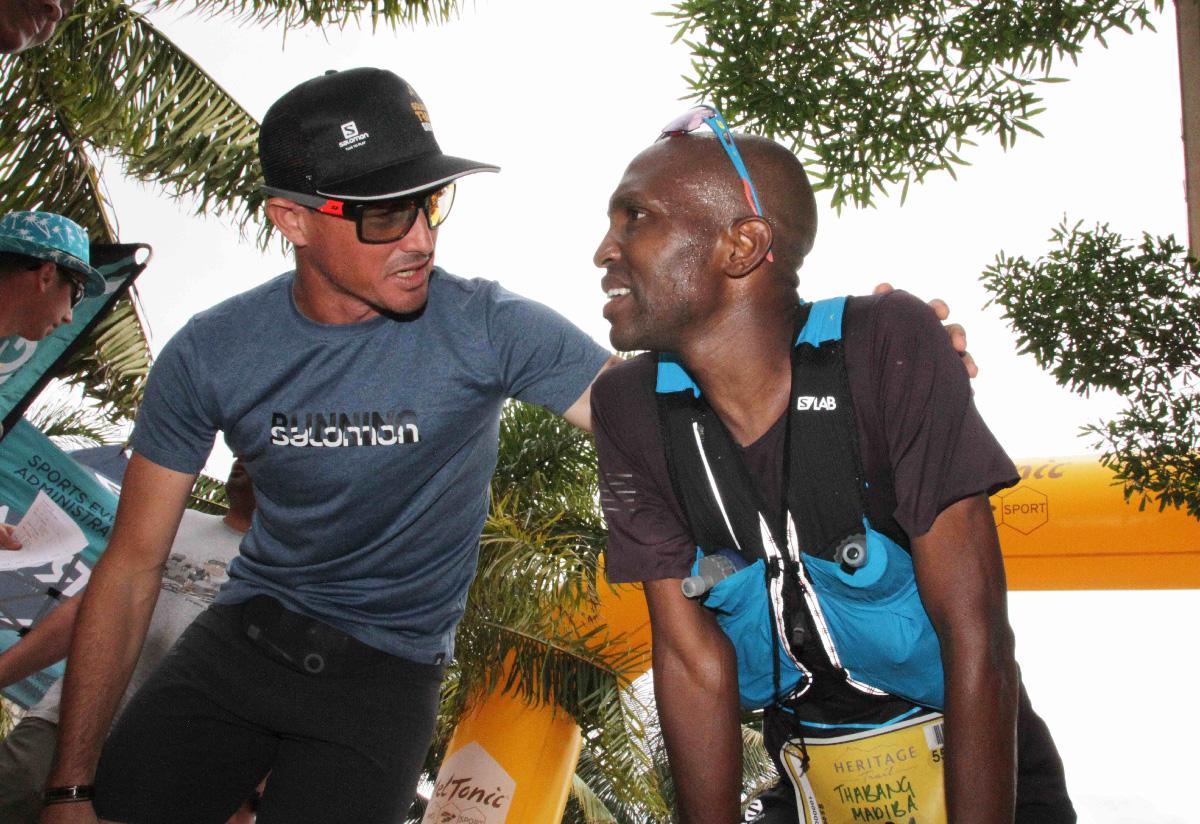 L'organisateur Simon Desveaux et le champion Thabang Madiba