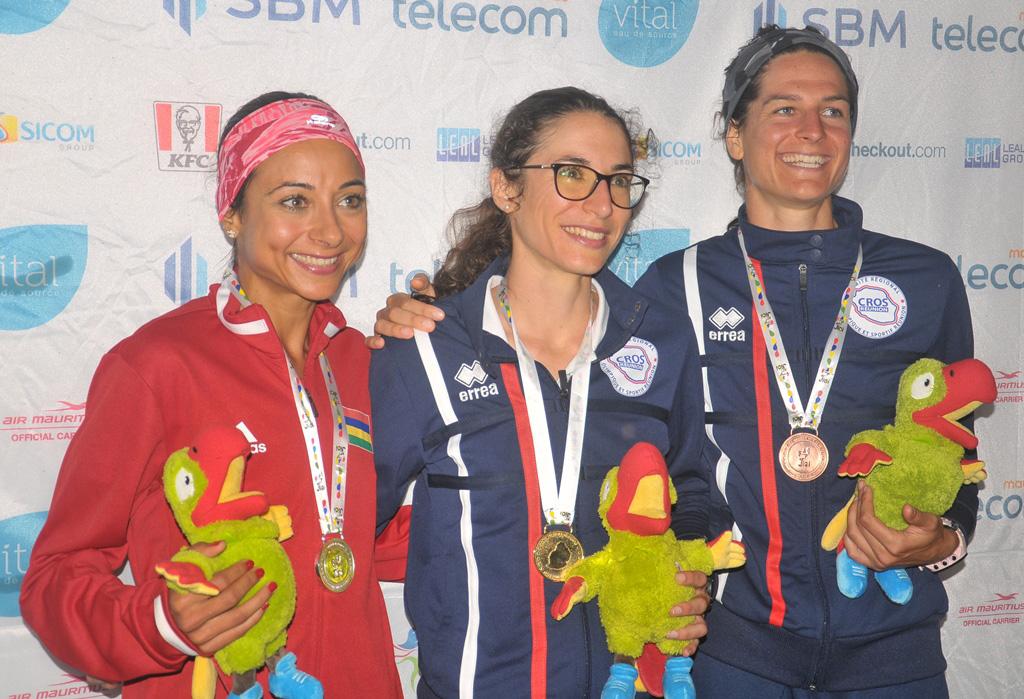 Le podium féminin: Katie Mauthoor (2ème), Garance Blaut (1ère) et Camille Bruyas (3ème)