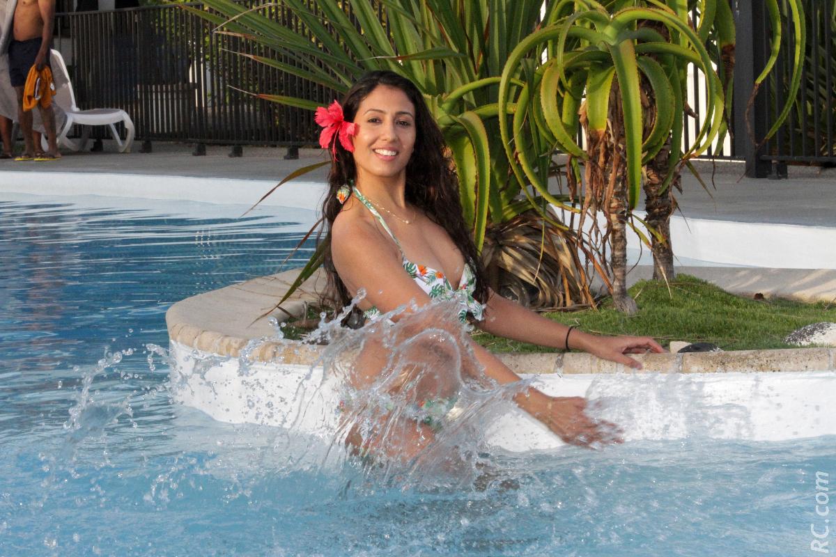 Une bien jolie sirène dans la piscine...