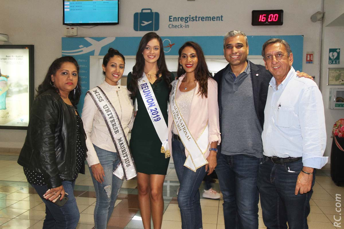 Kavita Jeetun (Development Manager de Miss Universe Mauritius), Varsha Ragoorbasing, Morgane Lebon, Anoushka Ah Kent, Niven Rupear (Directeur de Miss Universe Mauritius, et Aziz Patel du Comité Miss Réunion, délégué Miss France