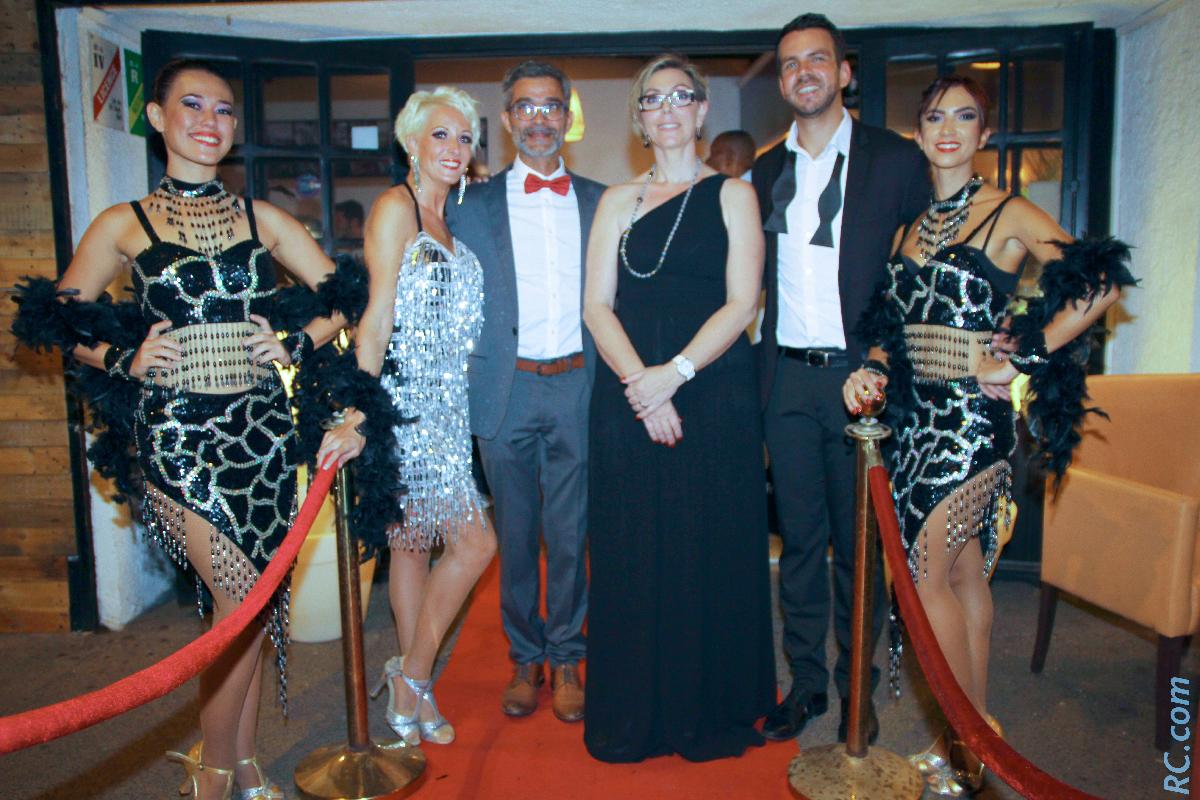 Noeud papillon pour Hervé Holderbaum le nouveau patron du Cabanon, longue robe noire pour sa compagne Graziella, à l'occasion de cette inauguration, ici aux côtés de la troupe Fantasmagic